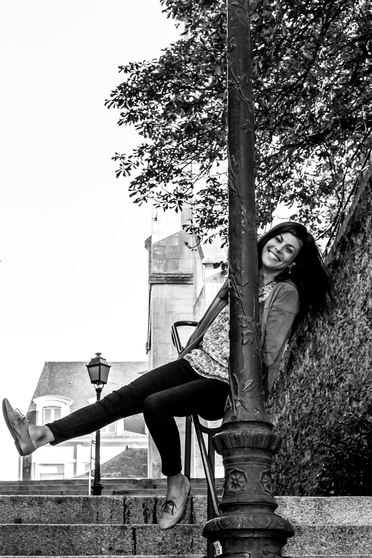 Photo portrait du modèle en noir et blanc dans la rue