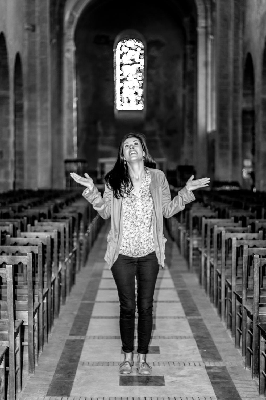 Photo portrait du modèle en noir et blanc dans une église