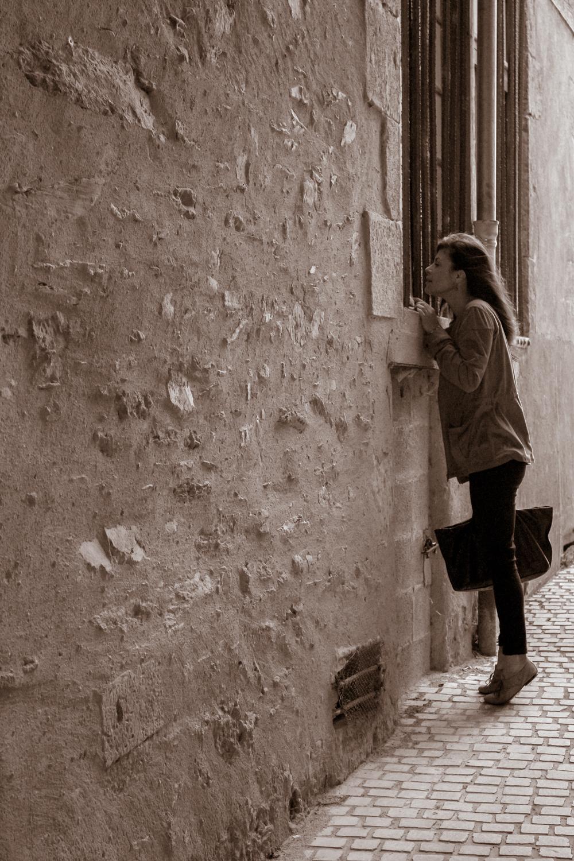 Photo portrait du modèle en sépia dans la rue