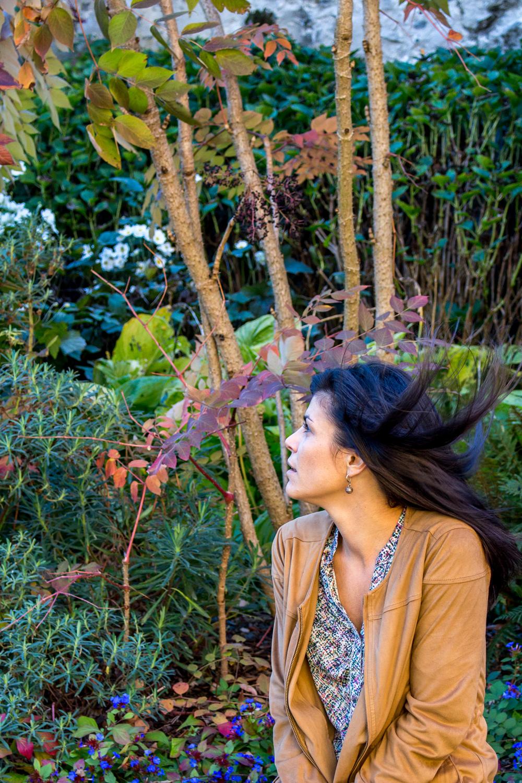 Photo portrait du modèle en couleur dans un parc