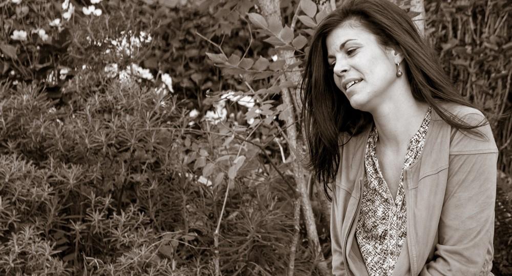 Photo portrait du modèle en sépia dans un parc