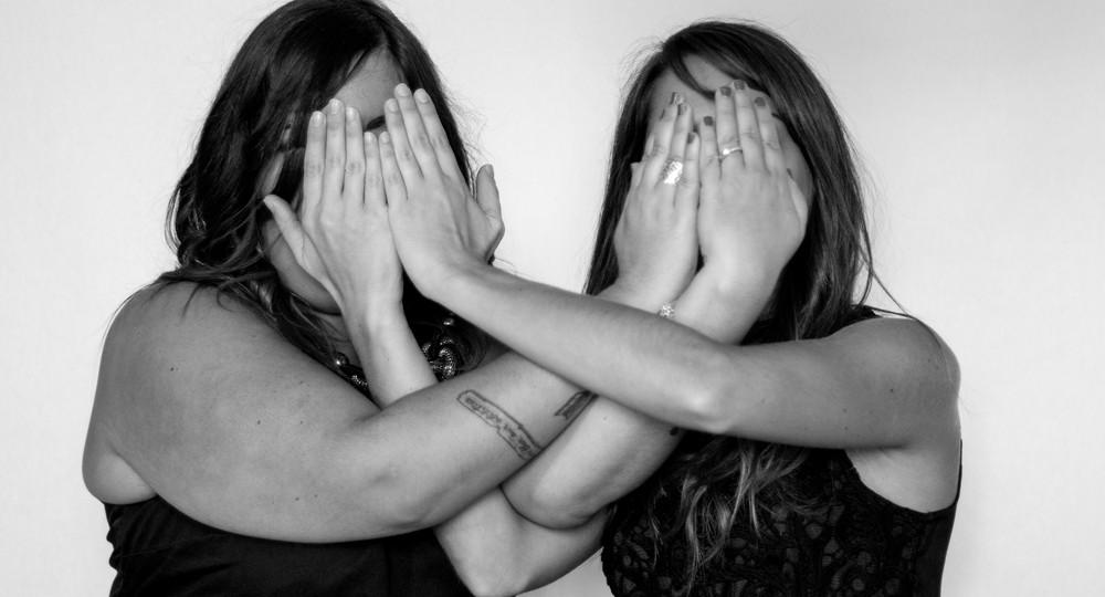 photo des 2 amies en noir et blanc se cachant le visage