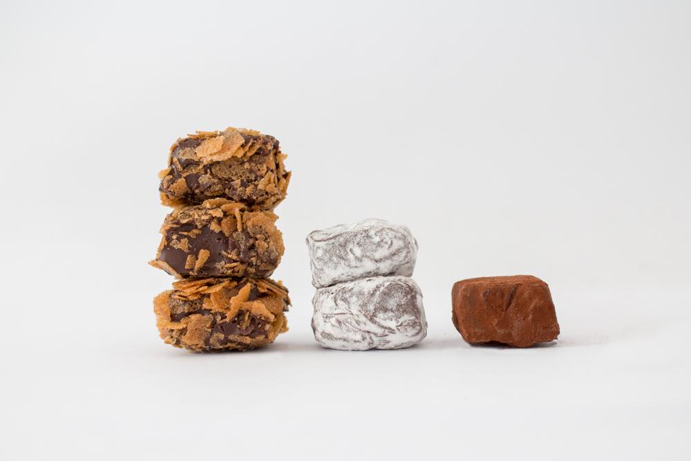 Photo d'ambiance de 3 sortes de truffes emplilées