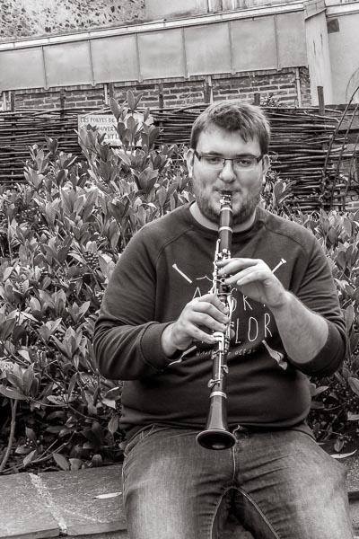 Photo en noir et blanc d'une personne jouant de la clarinette