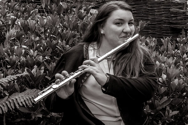 Personne jouant de la flûte traversière