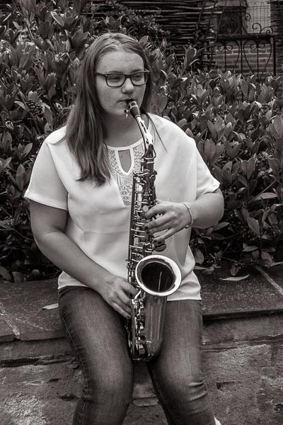 Photo d'une personne jouant du Saxophone