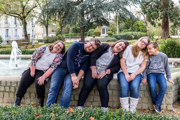 Photo des 5 enfants assis devant une fontaine chacun dormant sur l'épaule de l'autre