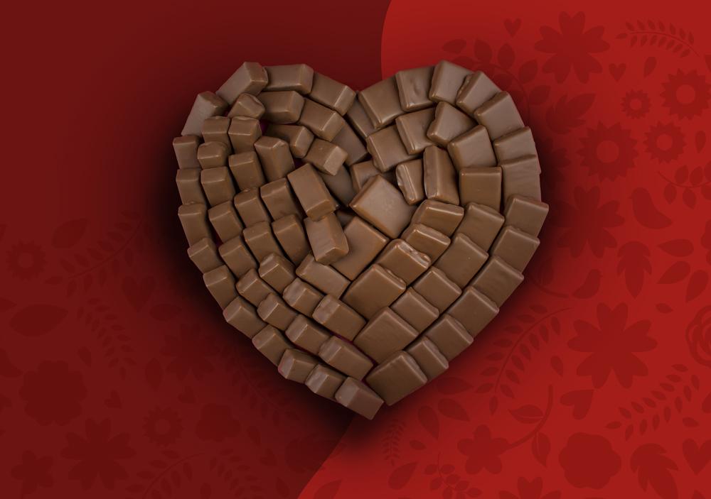 photo coeur en chocolat réalisée avec 2 chocolats différents avec fond bicolore rouge et bordeaux