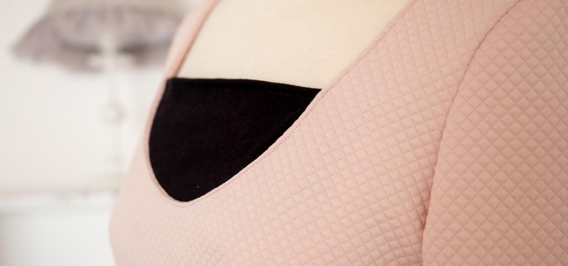 bustier rose pastel avec encolure noir