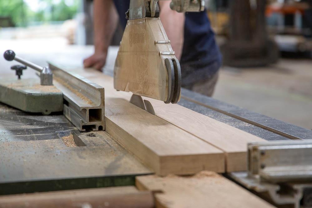 machine en train de couper une planche de bois