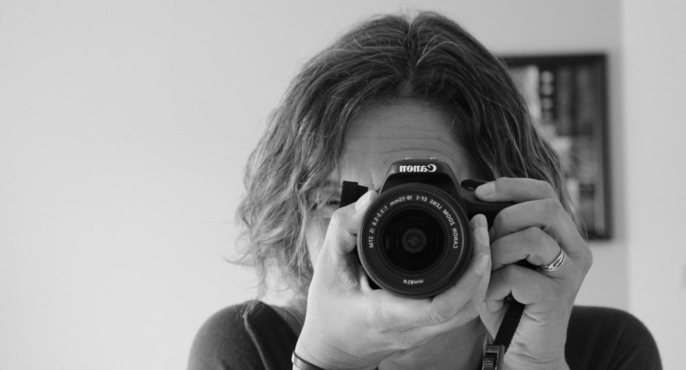Photo du phoptographe en noir et blanc en train de prendre une photo