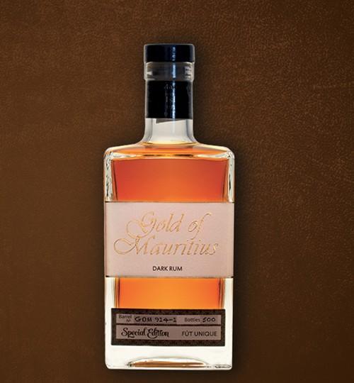 Photo de la bouteille de Rhum sur fond en cuir marron